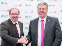 Die Verhandlungsführer Peter Hausmann und Hans-Carsten Hansen stellen den Tarifabschluss vor.